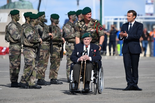 El presidente francés, Emmanuel Macron, rindió tributo al veterano de guerra Leon Gautier, este jueves 6 de junio del 2019 en Colleville-Montgomery, Normandía.