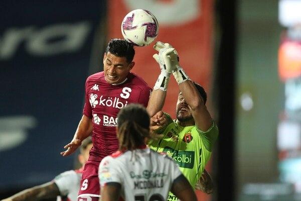 Ariel Rodríguez disputa un balón con el arquero Leonel Moreira. Fotografía José Cordero