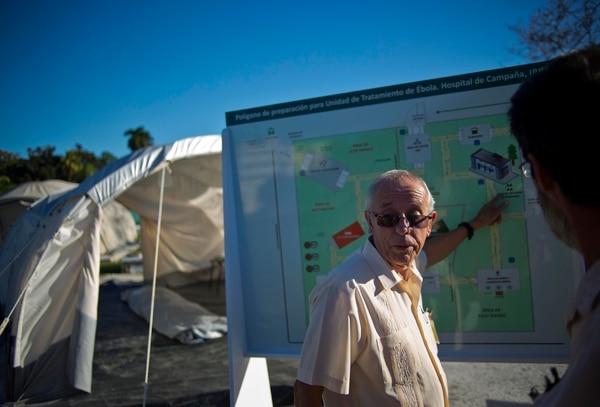 Jorge Pérez, jefe del instituto superior de Medicina Tropical de Cuba, apunta a un mapa que muestra la ubicación del hospital de campaña instalado para entrenar a los médicos en la lucha contra el Ébola, en La Habana, Cuba.