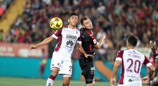 Kenner Gutiérrez pelea el balón en las alturas con Christian Martínez.