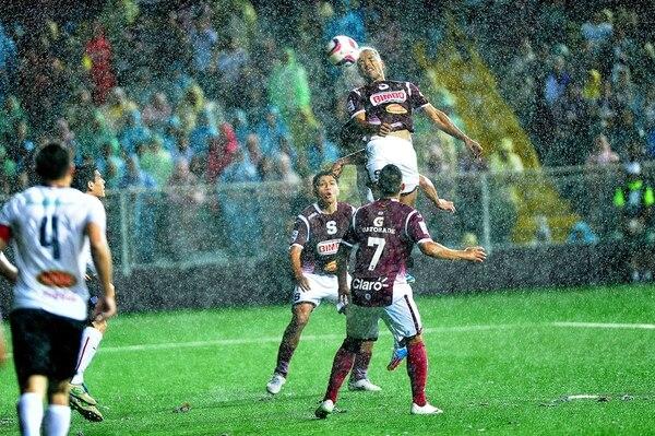Hanzell Arauz cabecea para anotar el gol que le dio el trofeo 30 a Saprissa