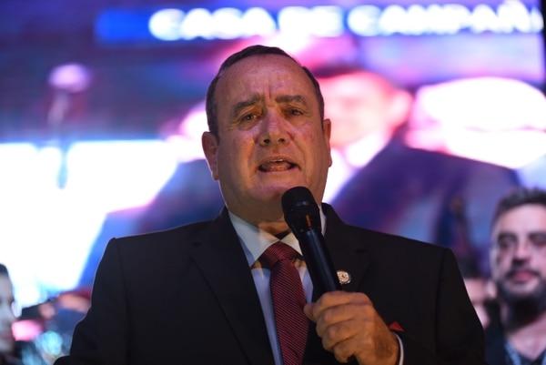El candidato presidencial guatemalteco por el partido Vamos, Alejandro Giammattei, habla con sus seguidores en la sede del partido, en Ciudad de Guatemala, el 11 de agosto del 2019, después de conocer los resultados de la segunda vuelta de las elecciones presidenciales. Foto: AFP