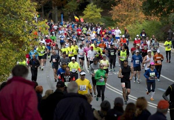 Corredores de la Maratón de Nueva York pasaron por el Centra Park durante la competencia de este domingo.