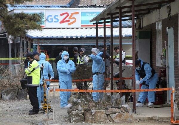 Un equipo de forenses investiga la escena de un tiroteo en el que murieron tres personas en Sejong, a 120 kilómetros de Seúl, Corea del Sur.
