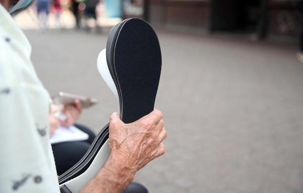 Don Fabio vende plantillas para zapatos para ganarse la vida. Dice que quiere que el coronavirus lo mate, pues lo espera la vida eterna. Foto: Alonso Tenorio.