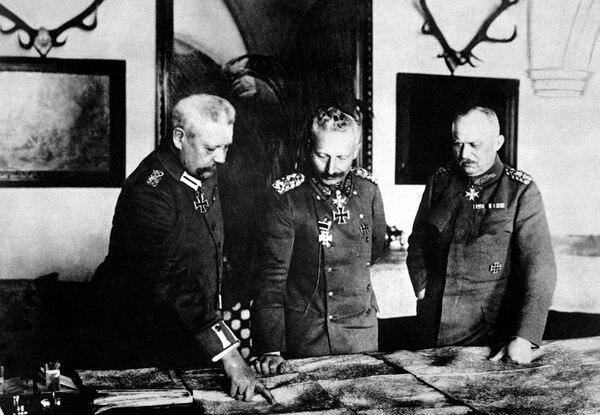 El Kaiser Guillermo II aparece con los generales Paul Hindenburg (izquierda) y Erich Ludendorff en enero de 1917.