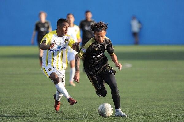 El jugador del Sporting San José, Byron Bonilla (derecha), intenta dejar en el camino a Greivin Marchena del Uruguay de Coronado. Fotos Melissa Fernández