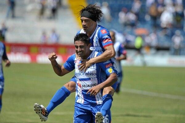 Carlos Hernández (adelante) y Christian Bolaños (atrás) llegaron a Cartaginés como los refuerzos más sonados del Campeonato de Invierno, sin embargo solo se quedaron en el club por seis meses. | PABLO MONTIEL