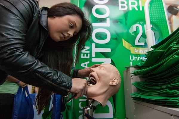 Nicolle Hidalgo, del Colegio Valley Forge, en Tibás, visitó uno de los puestos de información de Odontología en la feria Expo Calidad.   JEFFREY ZAMORA