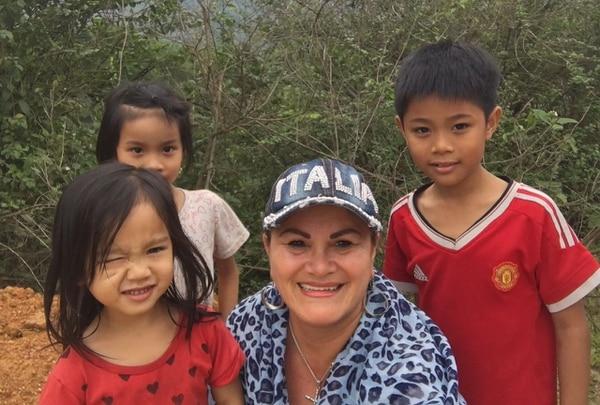 Claudia Alfaro con niños vietnamitas.