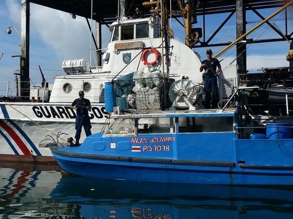 El Servicio Nacional de Guardacostas custodió el martes la lancha, de nombre El Ángel del Mar II. Foto: Cortesía del Ministerio de Seguridad