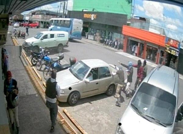 Momento en el que los delincuentes arremeten a balazos contra el camión remesero. Foto: Cortesía