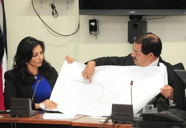 Los diputados cartagineses Paulina Ramírez y Mario Redondo, del PLN y Alianza Demócrata Cristiana, observan un mapa con una propuesta para mejorar la ruta a Cartago.   JOHN DURÁN