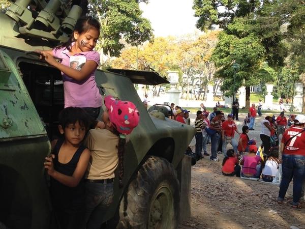 Viejos tanques que sirven de monumentos fueron aprovechados por los niños para sobrellevar las horas en la fila. | FOTO: ÁLVARO MURILLO
