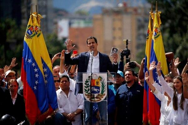 Juan Guaidó, jefe del Parlamento de Venezuela, se declaró presidente interino del país y exigió la renuncia del presidente Nicolás Maduro, en Caracas, el miércoles 23 de enero del 2019. Foto: AP