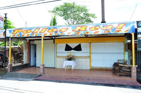 Este domingo un lazo negro en el local alertaba a clientes y amigos sobre la muerte del comerciante muy querido en Grecia y Puntarenas.