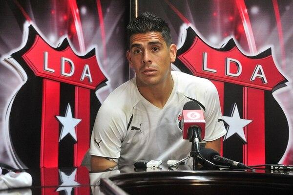 El defensor Johnny Acosta podría jugar el sábado, contra Limón FC, después de que el Alajuelense recibiera ayer su pase internacional. | ARCHIVO