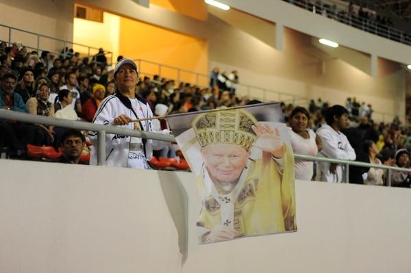 Los ticos tuvieron la oportunidad de vivir en directo, desde el Estadio Nacional, en La Sabana, la canonización. | MARIANDREA GARCÍA