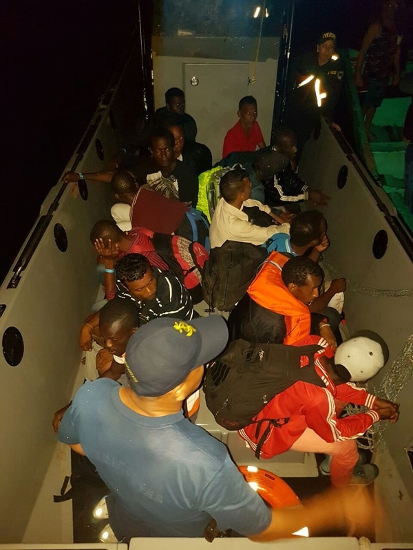 Los migrantes africanos viajaban en dos pequeñas embarcaciones, una de las cuales no tenía motor.