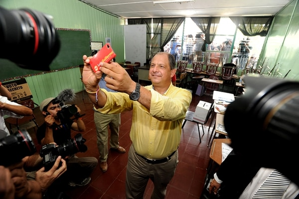 Luis Guillermo Solís aprovechó para hacerse un 'selfie' tras emitir su voto.