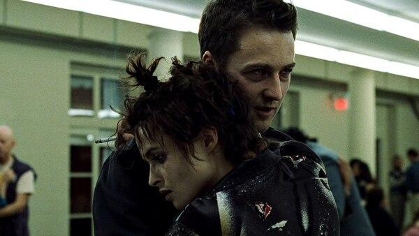 Muchos de los análisis sobre 'Fight Club' coinciden en que Tyler Durden aparece después de la introducción del personaje de Marla (Helena Bonham Carter) en la cinta, como un símbolo de una personalidad creada para poder enfrentarse a sus deseos hacia ella. Foto: 20th Century Fox
