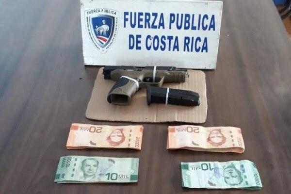 La pistola Smith & Wesson y el dinero con que se trató de sobornar a los oficiales quedaron a la orden de la Fiscalía. Foto: MSP.