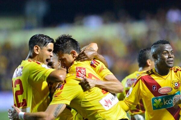 Herediano festeja uno de sus goles de esta noche ante Alajuelense.