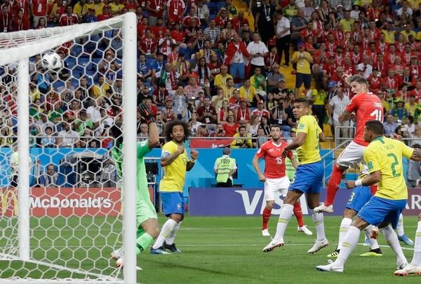 Esta es la acción del gol suizo a Brasil marcado por Steven Zuber el pasado domingo. Foto: AP