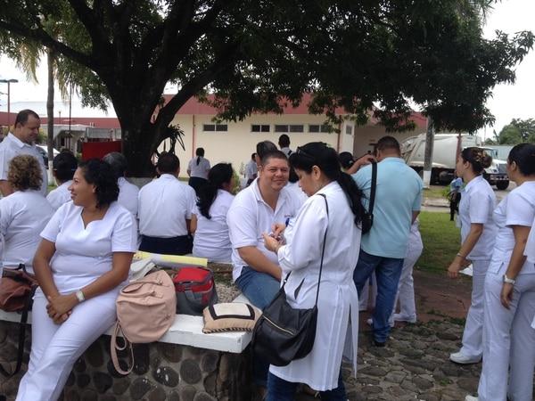 Los trabajadores del hospital Dr. Enrique Baltodano, de Liberia, permanecen concentrados en los parqueos del centro médico.