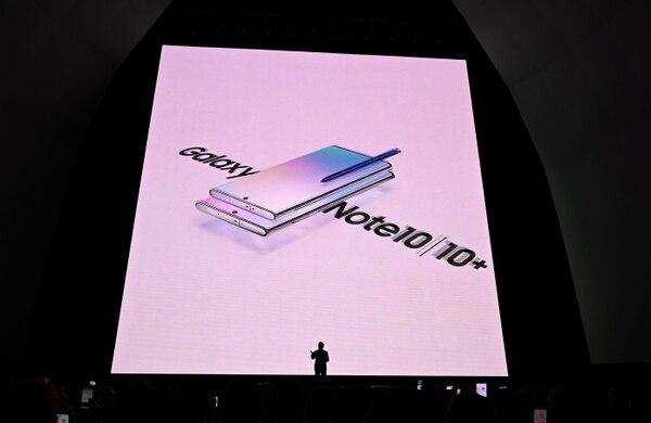El presidente y director ejecutivo de la compañía Dong Jin Koh reveló a los presentes algunas de las bondades de los nuevos dispositivos, por ejemplo, que es un aparato casi sin biseles. (TIMOTHY A. CLARY / AFP)
