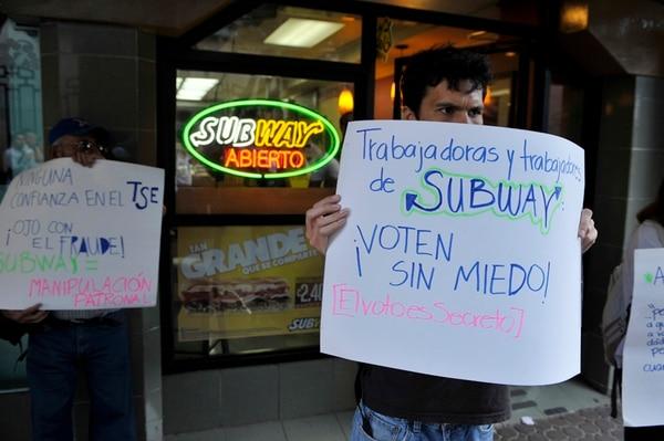 Varias personas se manifestaron ayer contra Subway. | JORGE NAVARRO