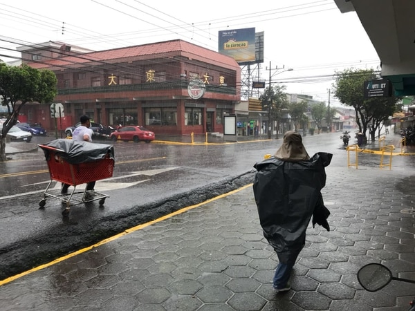 Por Tibás centro llovía fuerte a las 3 p. m. En varios sectores se reporta también tormenta eléctrica.