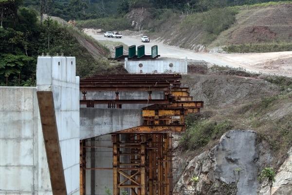 En 14 años la empresa Sánchez Carvajal no pudo concluir la carretera de 30 kilómetros entre Sifón y la Abundancia. Foto Alonso Tenorio