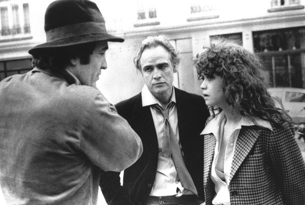 En esta foto de 1973, el director Bernardo Bertolucci (izquierda) conversa con Marlon Brando y Maria Schneider durante la filmación de 'El último tango en París'. Foto: AP.