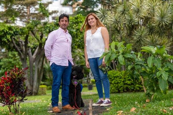 El psicólogo y entrenador canino Alejandro Del Valle y Larissa Granados lideran el proceso de adiestramiento de Milo, un poodle de seis meses. Fotografía: José Cordero