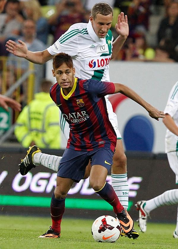 El brasileño Neymar evade la marca del defensor Maciej Kostrzewa durante su debut con Barcelona. Jugó 13 minutos ante el Legia Gdansk polaco. | AP