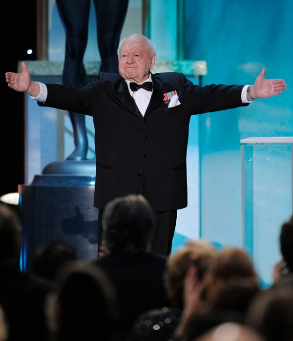 Con su acostumbrado sentido del humor, Rooney subió al escenario de la entrega de los Screen Actors Guild Awards en Los Angeles en el 2008. | FOTOGRAFÍAS AP.
