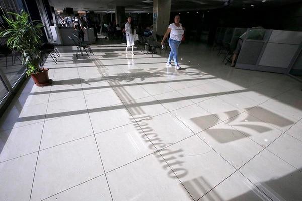 La nostalgia y los recuerdos invadieron a clientes, trabajadores y exempleados de Bancrédito, este 14 de julio, al momento de cerrar las operaciones de servicios al público, en la sede de Cartago.