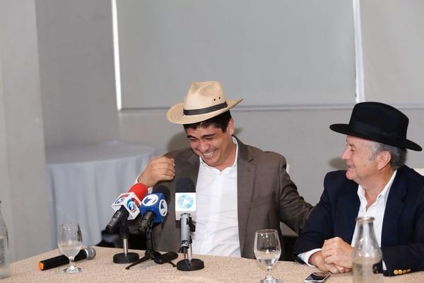 Ottón Solís le regaló un sombrero a Carlos Alvarado durante la conferencia de prensa en la que el fundador del PAC anunció que se metería de lleno en la campaña del candidato. Foto: Albert Marín