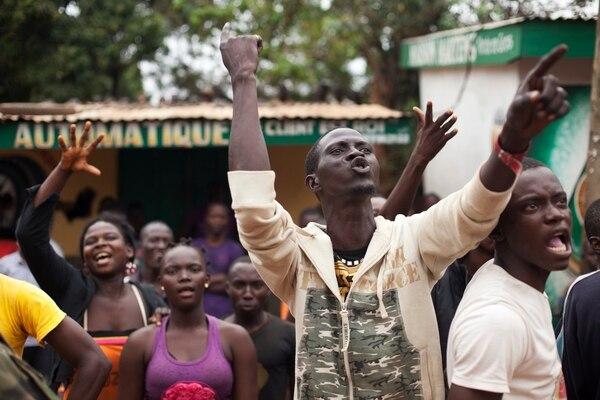 Una turba furiosa de cristianos grita a un camión que transporta musulmanes que huyen de un vecindario en Bangui, RCA.