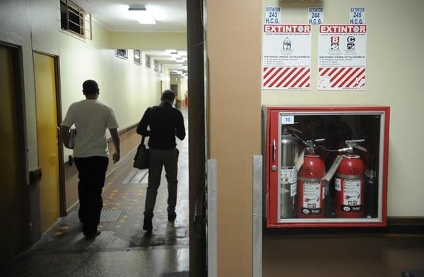 La colocación de gabinetes con mangueras y extintores en los pasillos del Hospital Calderón Guardia, fue una de las lecciones aprendidas tras el incendio que destruyó su torre norte, en el 2005. El hospital asegura que los equipos tienen el mantenimiento adecuado.   JORGE NAVARRO