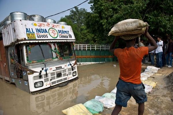 Un bus es sumergido por las intensas lluvias en India. El ejército ha llevado ayuda al norte del país.