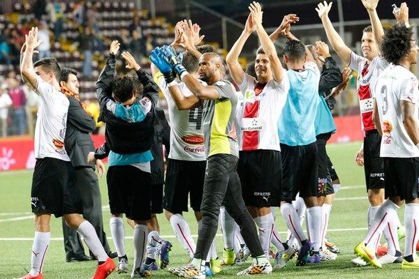 Patrick Pemberton y sus compañeros saludaron a los aficionados manudos que llegaron anoche al Estadio Ricardo Saprissa. Los alajuelenses le dedicaron la victoria a Paul Mayorga, despedido ayer del club.   RAFAEL PACHECO