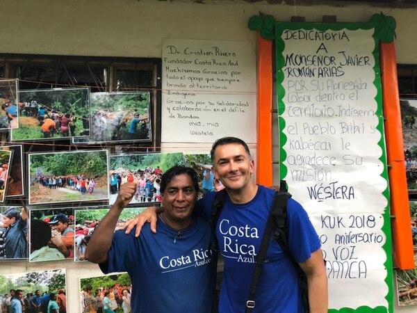 El Dr. Christian Rivera con Danilo Layán, líder de la comunidad y del evento cultural.