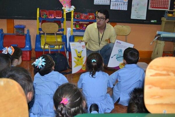 La primera fase del proyecto consiste en visitar aulas de 32 distritos de todos el país.   FOTO: ALBERTO BARRANTES PARA LN.