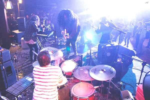 Experimental. En los conciertos de Kaiser Moon abundan las improvisaciones en vivo y los solos de guitarra. Foto: Bonuska para LN