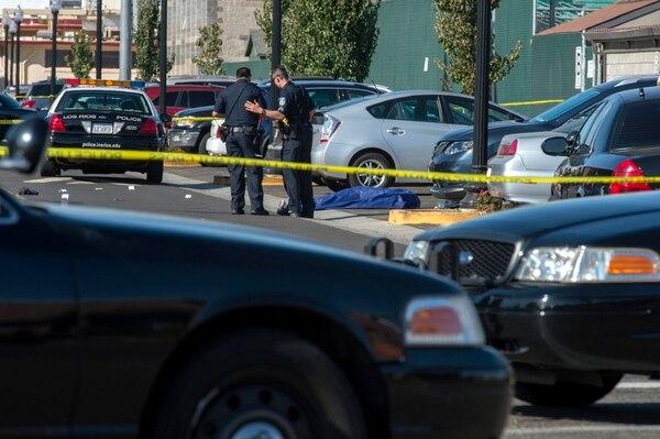 Una persona murió y otras dos resultaron lesionadas en un tiroteo el jueves en un estacionamiento en el campus del Sacramento City College, informó la Policía.