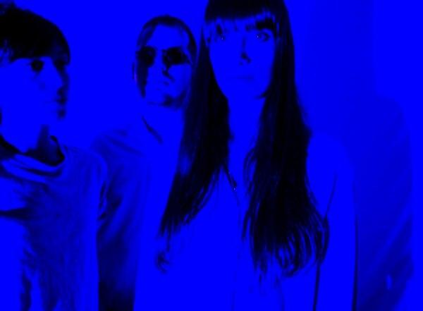 Las Robertas: Monserrat Vargas (bajo, coros), Fabrizio Durán (batería) y Mercedes Oller (guitarra, voz).