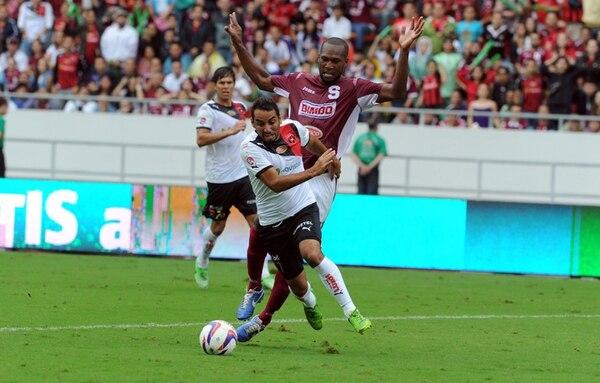Alejandro Alpízar se le va a Kendall Waston y pone en ventaja a la Liga, 3-4; luego igualaría el Saprissa. Fue su sétimo gol en clásicos. | ALONSO TENORIO
