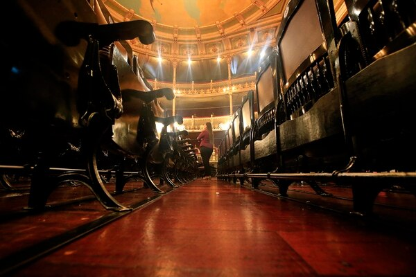 Los módulos no fueron cortados y los asientos retirados se guardaron en un taller, para emplearlos en el futuro cuando se deban hacer reparaciones en las sillas que sí están en uso. Foto: Rafael Pacheco